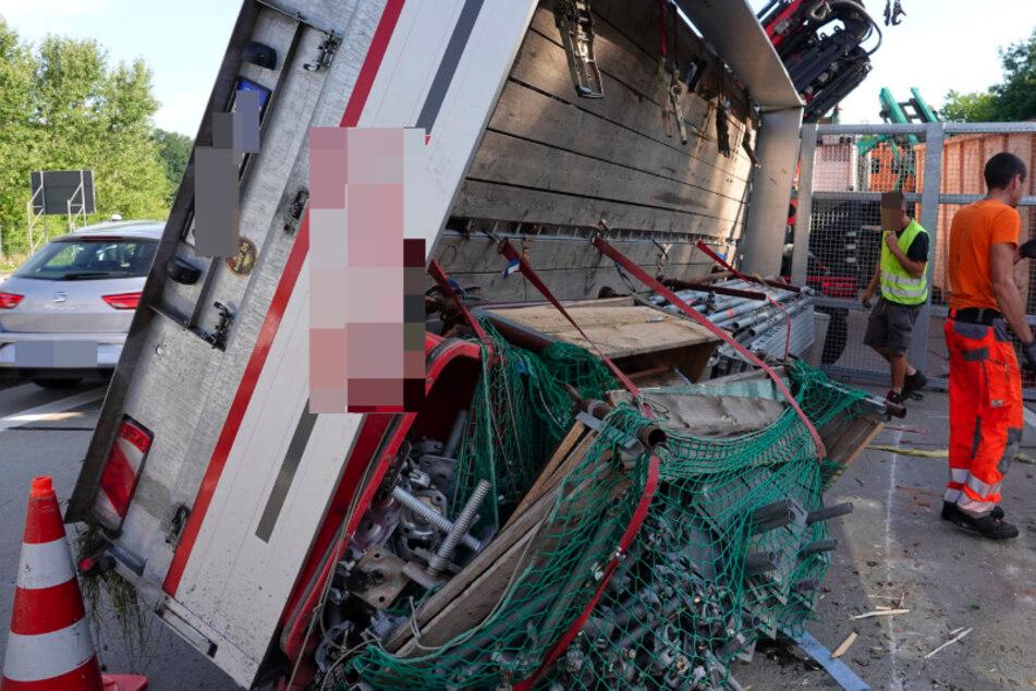 Chemnitz: Stau auf A4: Anhänger kippt um, Gerüstteile landen auf Autobahn
