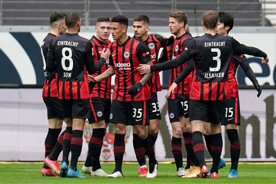 Schneller Ausgleich: Die Spieler von Eintracht Frankfurt freuen sich mit Torschütze Daichi Kamada (r., verdeckt) über dessen 1:1-Ausgleichstreffer.