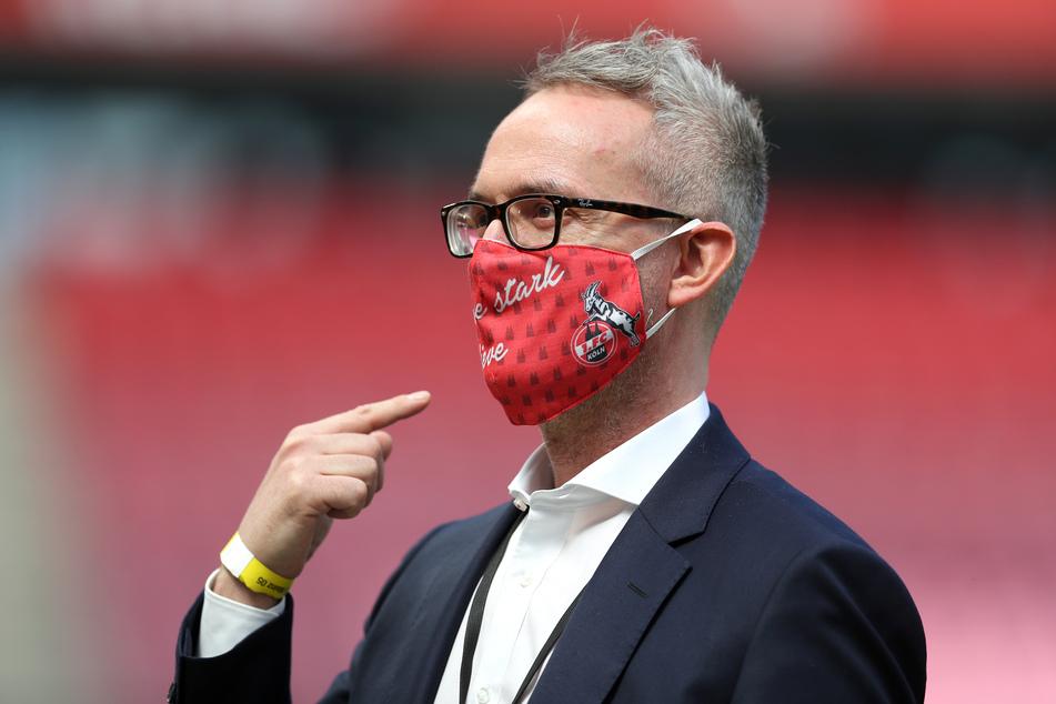 Kölns Geschäftsführer Sport steht mit Maske im Stadion. Er sieht die finanzielle Situation des 1. FC Köln trotz fehlender Zuschauer nicht in Gefahr.