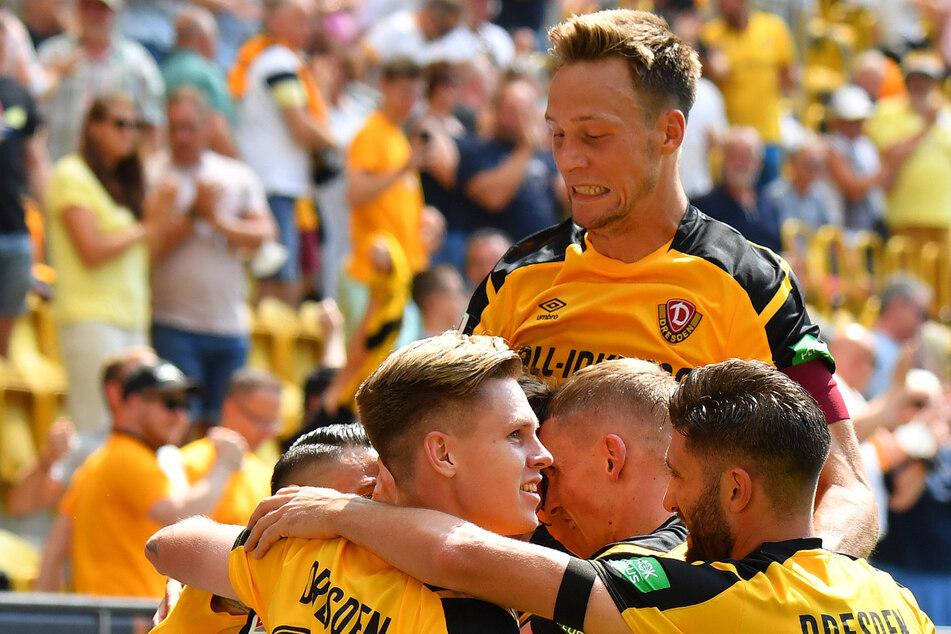 Tim Knipping (28, o.) mit Dynamo obenauf - der Jubel gegen Ingolstadt war riesig.
