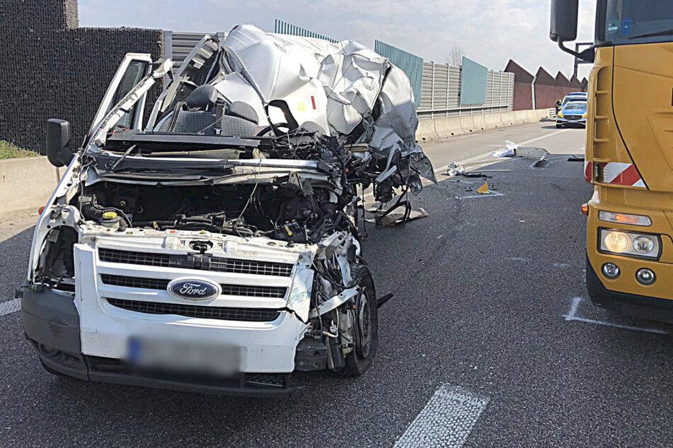 Der Kleintransporter wurde durch den Unfall völlig eingedrückt. Der Fahrer hatte keine Chance.