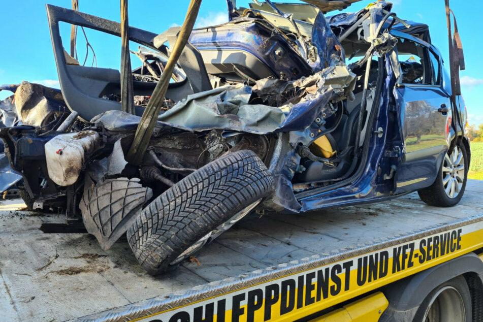 Berlin: Tödlicher Unfall: Auto kollidiert mit Kipplaster und schleudert in Feld