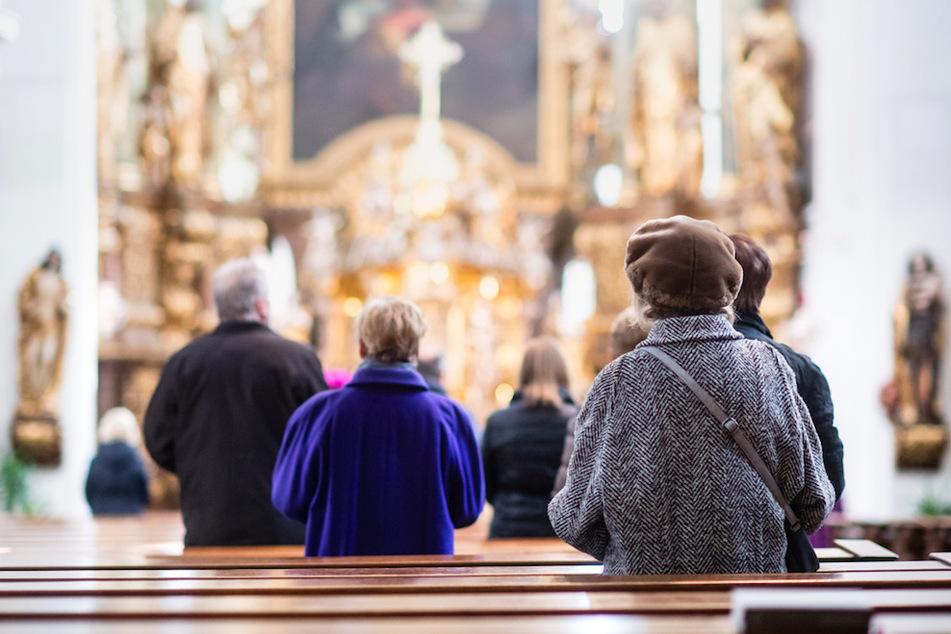 Gläubige beten während eines Gottesdienstes. In einer Kirche in Schwaben erlebten die Mesner eine eklige Überraschung. (Symbolbild)