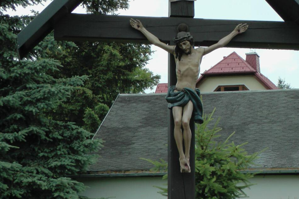 Ganoven stahlen diese 90 Zentimeter große Jesus-Figur vor der katholischen Kirche in Augustusburg.
