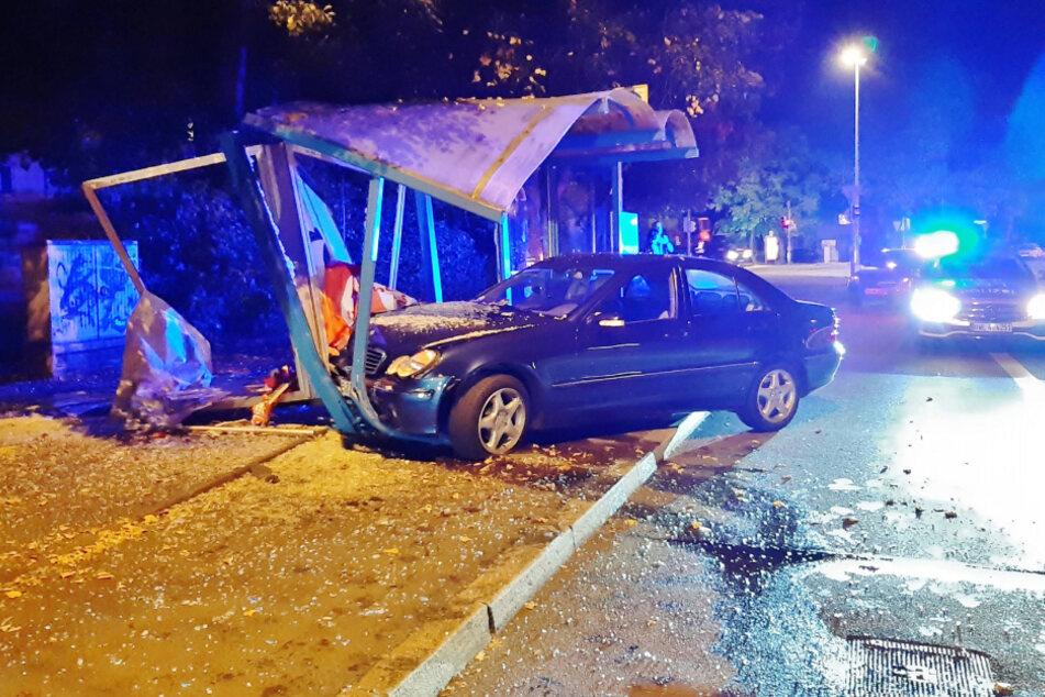 Fahranfänger kracht mit Mercedes in Bushaltestelle
