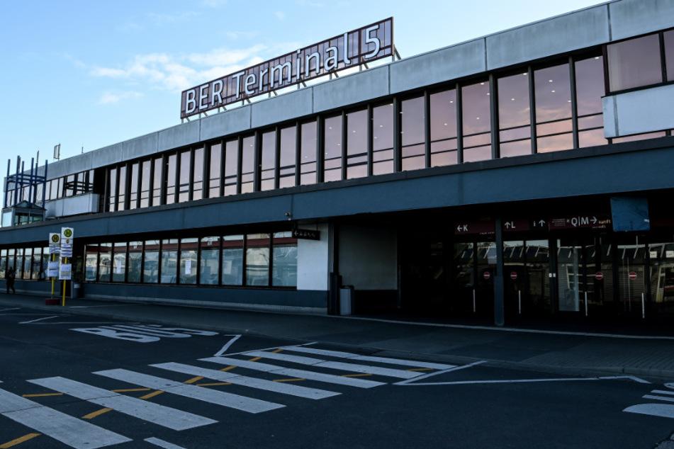 Der früher als SXF abgekürzte Flughafen Schönefeld firmiert seit der Eröffnung des neuen Flughafens als Terminal 5 des BER.