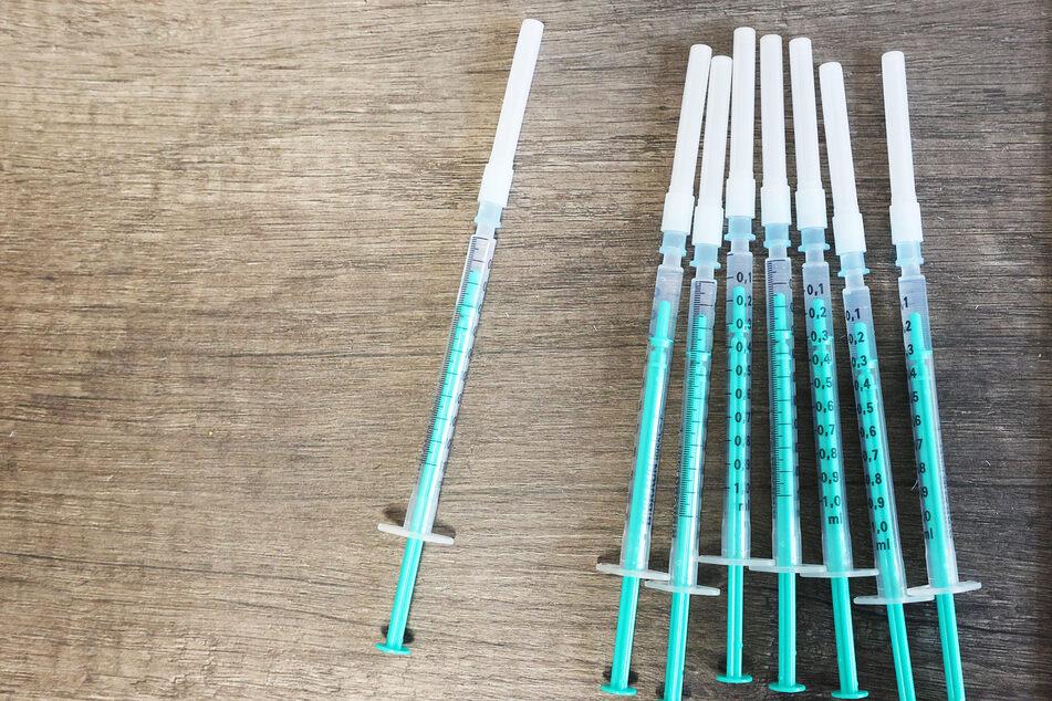 Spritzen mit dem BioNTech-Impfstoff liegen bereit.
