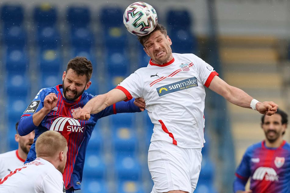 Kopfballduell zwischen Tim Albutat (Uerdingen, links) und FSV-Stürmer Ronny König. Er traf bereits in der 1. Minute für die Westsachsen.