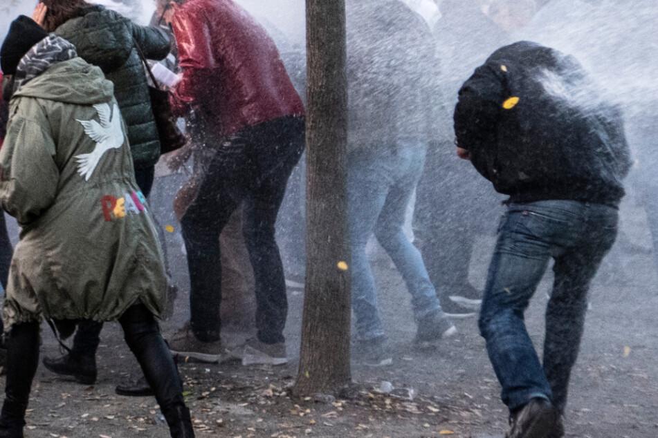 Die Polizei ging auf dem Rathenau-Platz mit einem Wasserwerfer gegen Querdenken-Demonstranten vor.