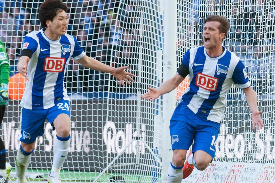 Genki Haraguchi und Valentin Stocker (r.) jubeln über seinen Treffer zum 1:0 gegen den SC Paderborn. (Archivbild)