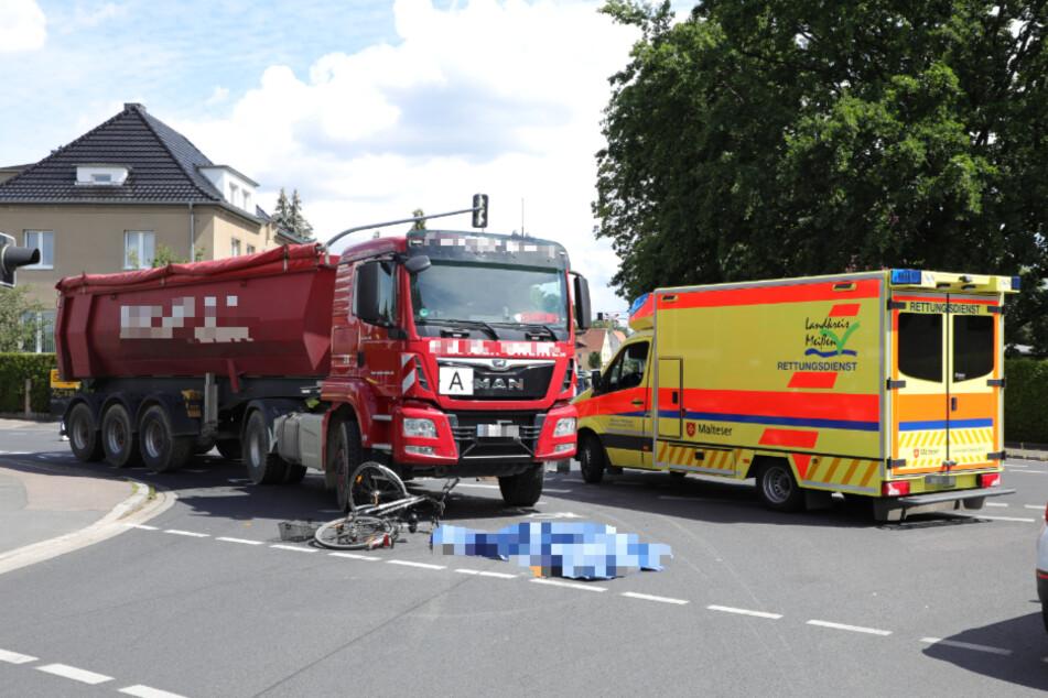 Als der Lastwagen abbiegen wollte, kam es zu dem tödlichen Unfall.