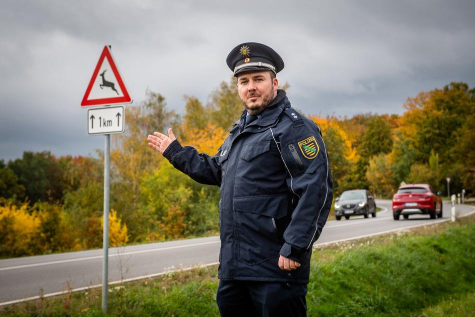 """""""Diese Schilder stehen hier nicht zum Spaß"""": Polizeisprecher Christian Schünemann (37) bittet um Vorsicht vor Wildwechsel."""