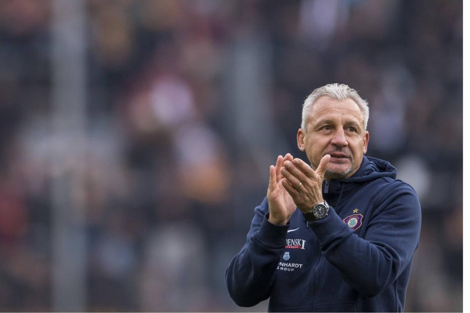 Schon mehr als vier Jahre her: Pavel Dotchev beklatscht am 18. September 2016 als Aue-Trainer den 3:0-Sieg in Dresden.
