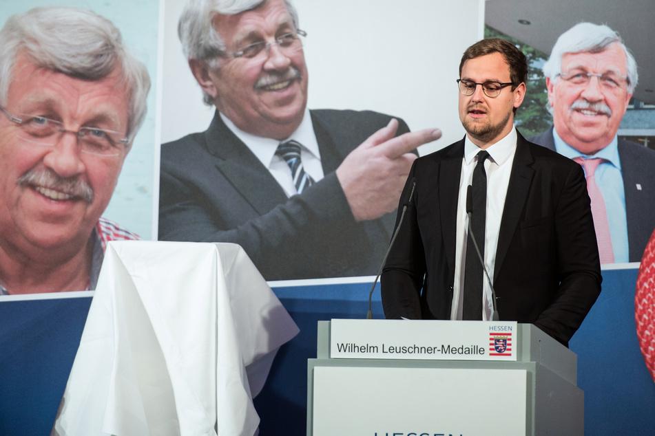 Jan-Hendrik Lübcke, Sohn von Walter Lübcke, spricht nach der Verleihung der Wilhelm-Leuschner-Medaille. (Archivbild)