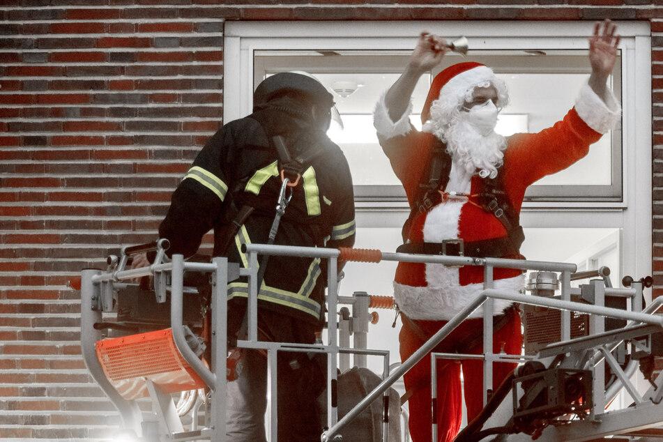 Weihnachtsmann klettert ins Kinderkrankenhaus: Bescherung für die kleinen Patienten