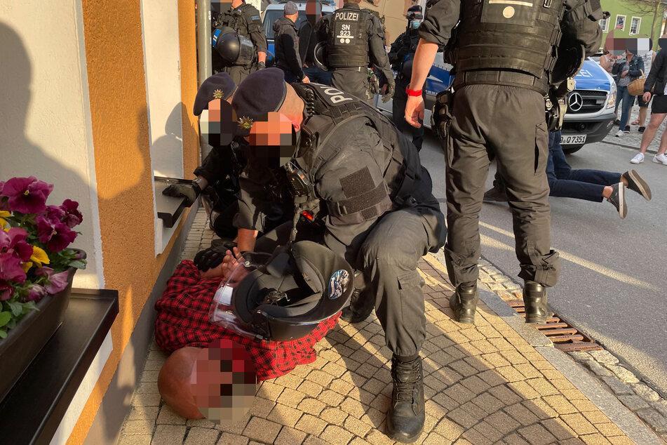 Bei einer unangemeldeten Corona-Demo in Zwönitz (Erzgebirge) kam es zu Ausschreitungen. Mehrere Polizisten wurden verletzt, mussten anschließend einen Mann zu Boden drücken.