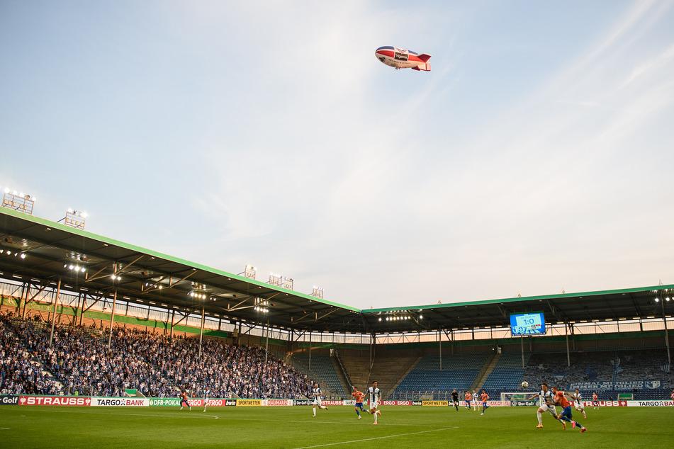 Ein Zeppelin fliegt während eines Fußball-Spiels über die Magdeburger MDCC-Arena.