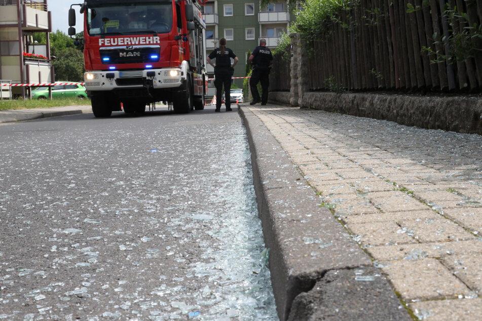 Glassplitter liegen nach der Detonation auf dem Fußweg.
