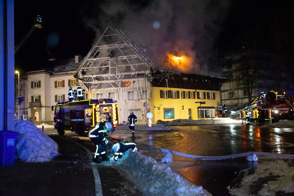 Historisches Gebäude in Bayern wird Fraß der Flammen: Feuerwehr steht vor Herausforderung