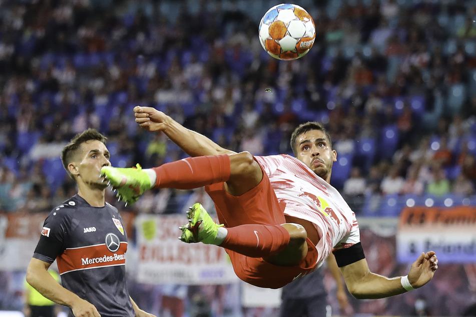 Andre Silva (r.) feuert die Kugel artistisch aufs VfB-Tor.