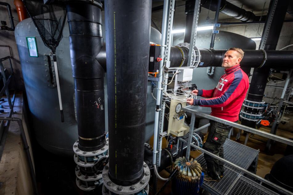 Sven Lieberwirth (51), Leiter des Freibads Einsiedel, begutachtet die Filteranlage im dortigen Technikraum.