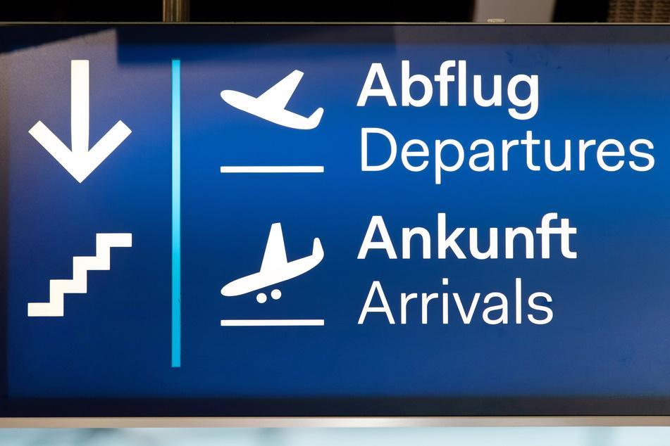 """""""Abflug / Ankunft"""" steht auf einem Schild am Flughafen Düsseldorf. Das nordrhein-westfälische Oberverwaltungsgericht hat die vom Land angeordnete häusliche Quarantäne für Auslandsrückkehrer außer Vollzug gesetzt. Das Land dürfe nicht pauschal für Rückkehrer aus Nicht-EU-Ländern eine 14-tägige Quarantäne anordnen, entschied das OVG am Freitag in einem Eilverfahren."""