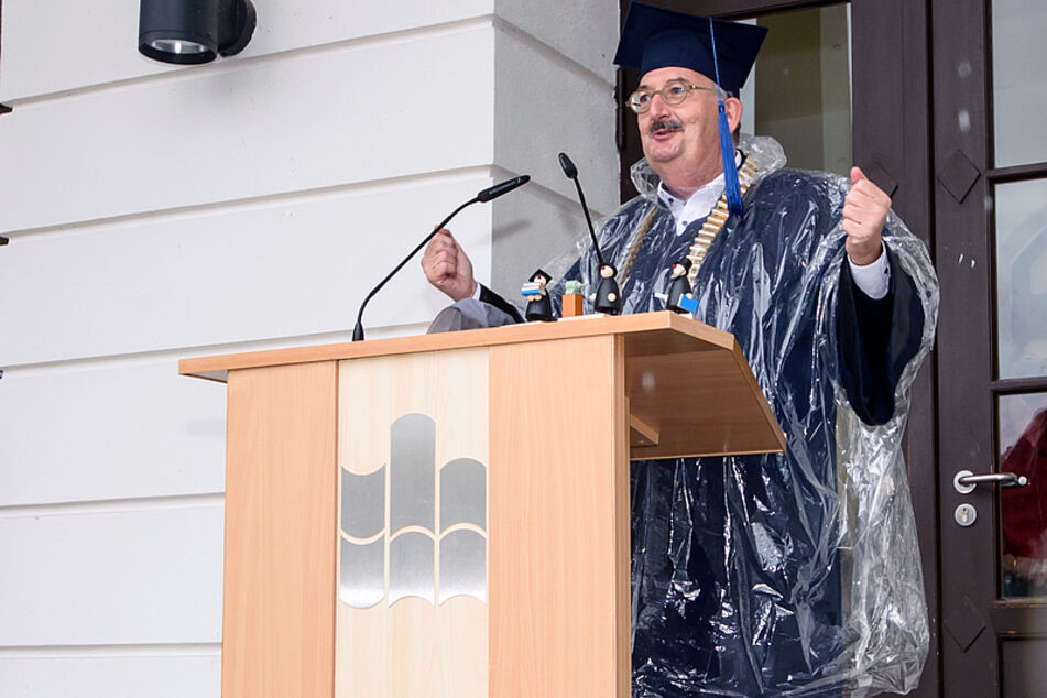 Rektor Ludwig Hilmer begrüßte die Erstsemester, freute sich über die gut besuchte Immatrikulationsfeier.