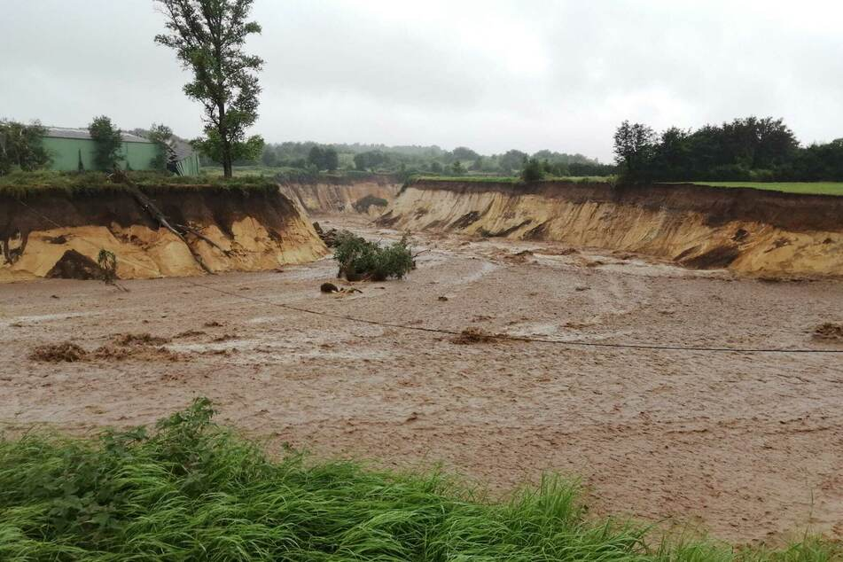 Der vor einigen Jahren wegen des Tagebaus umgelegte Fluss Inde hatte sich nach schweren Regenfällen ein neues Bett gegraben und strömte unkontrolliert in den Braunkohletagebau Inden.