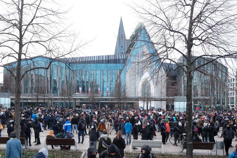 Teilnehmer einer linken Demonstration versammeln sich auf dem Augustusplatz. Mehrere Hundert Menschen protestieren gegen eine geplante Kundgebung von Kritikern der Corona-Politik der Bundesregierung.