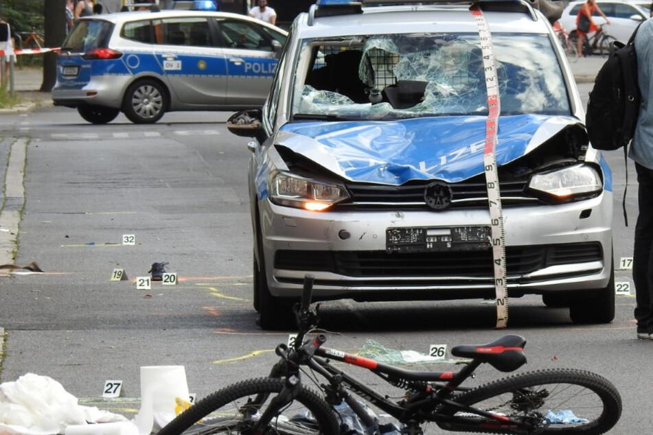 Polizeiwagen kracht in Fahrradfahrer: Schwer verletzt!