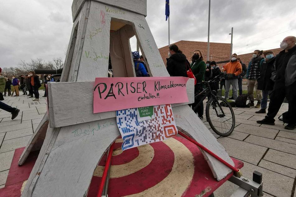 Mit den Protesten wollten die Streikenden auch auf das Pariser Klimaabkommen aufmerksam machen. Die Stadt würde viel zu wenig für das Einhalten der Klimaziele tun, so die Demonstranten.