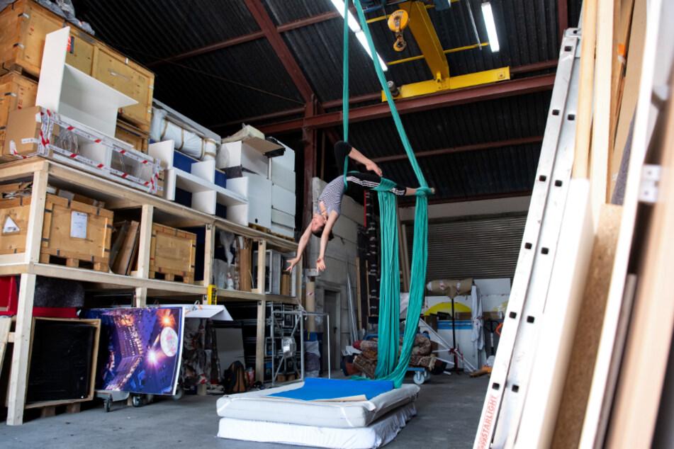 Ella Hummel, Studentin an der Akademie für Zirkus und Performance Art, trainiert in einer Lagehalle mit einem Vertikaltuch.
