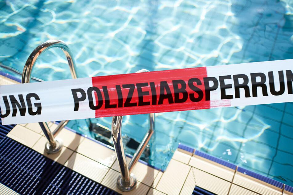 Schock für Schulklasse vor Schwimm-Unterricht: Leiche treibt in Becken