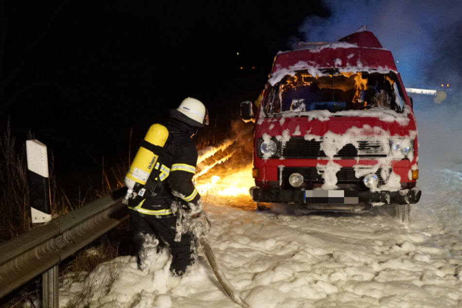 Die Feuerwehr versuchte den brennenden VW Bus noch zu retten.