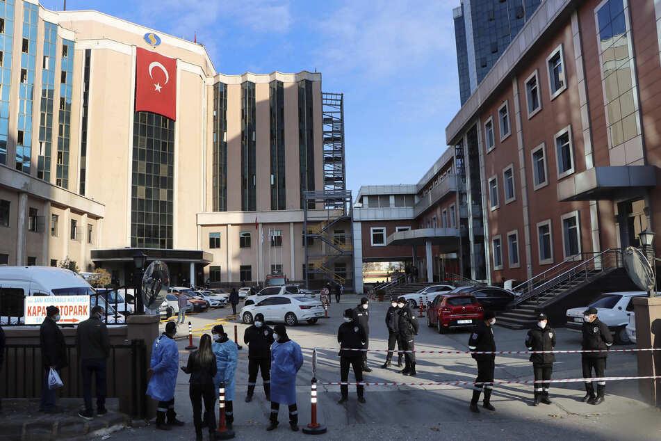 Anwohner und Angehörige, Polizisten und Sanitäter versammeln sich vor dem Krankenhaus in der Südosttürkei, nachdem auf einer Intensivstation ein Sauerstoffzylinder explodiert und Feuer ausgebrochen war.