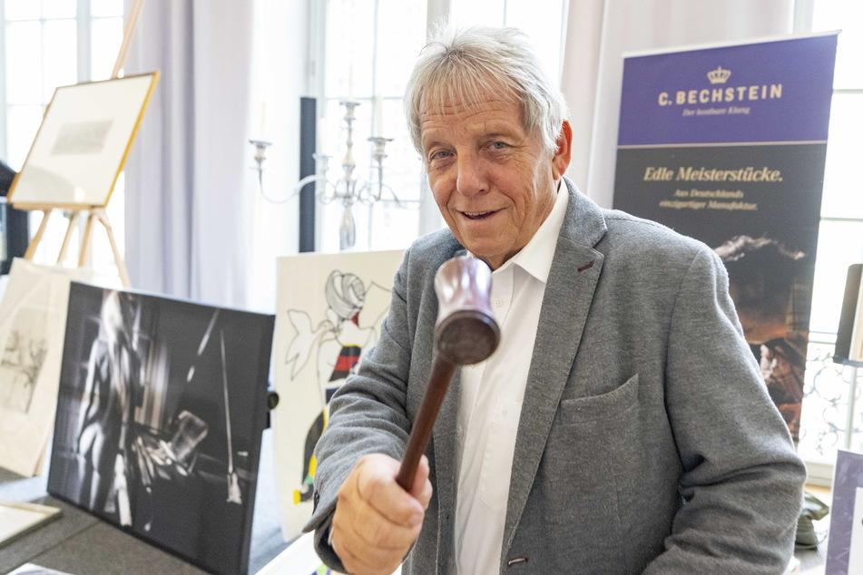 Auktionator Michael Ulbricht (69) hat sich auf Benefiz-Kunstauktionen spezialisiert.
