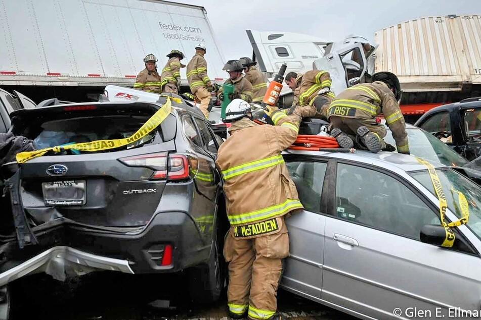 Am Donnerstagmorgen kam es zu einer schweren Massenkarambolage auf der Interstate 35W.