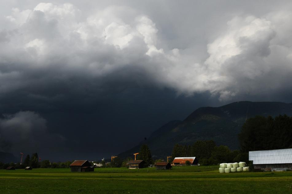 Im Südwesten Bayerns muss man mit Gewitter und Hagel rechnen. (Archiv)