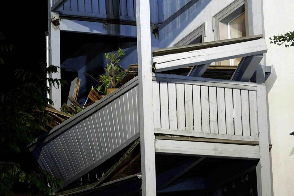 Der Balkon stürzte auf den im zweiten Stock.