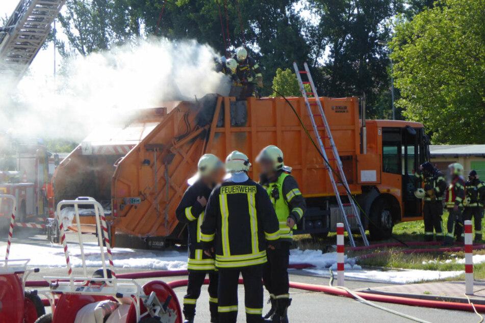 Feuerwehreinsatz in Zwickau: Müllauto in Flammen