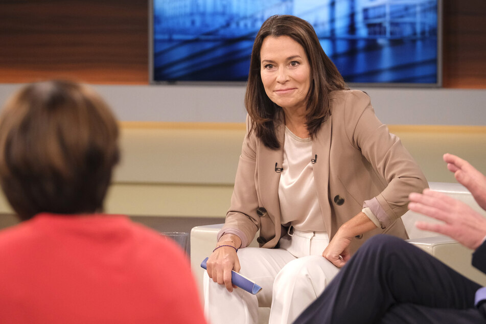 Anne Will beginnt ihren Talk früher als üblich: Schon um 21.30 Uhr geht sie auf Sendung im Ersten.
