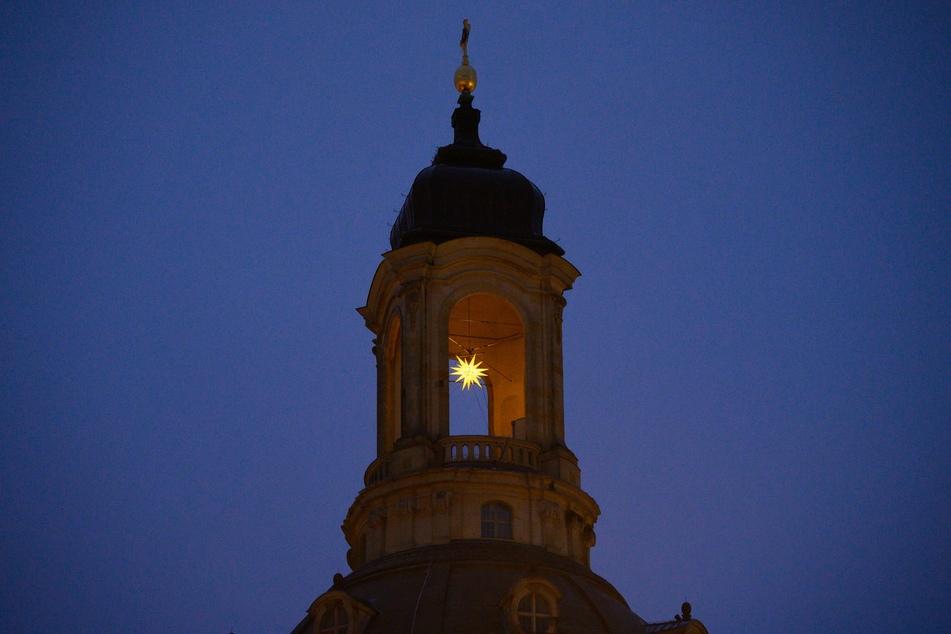 Ein Weihnachtsstern hängt in der Kuppel der Frauenkirche.