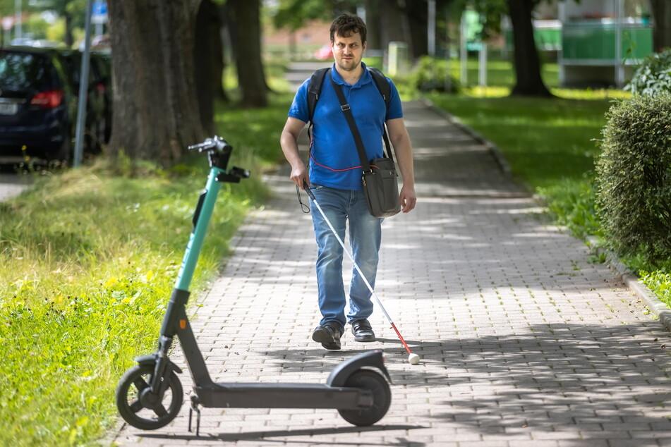 Für den blinden Jeffrey Baake (33) sind wild abgestellte E-Roller eine zusätzliche Gefahrenquelle.