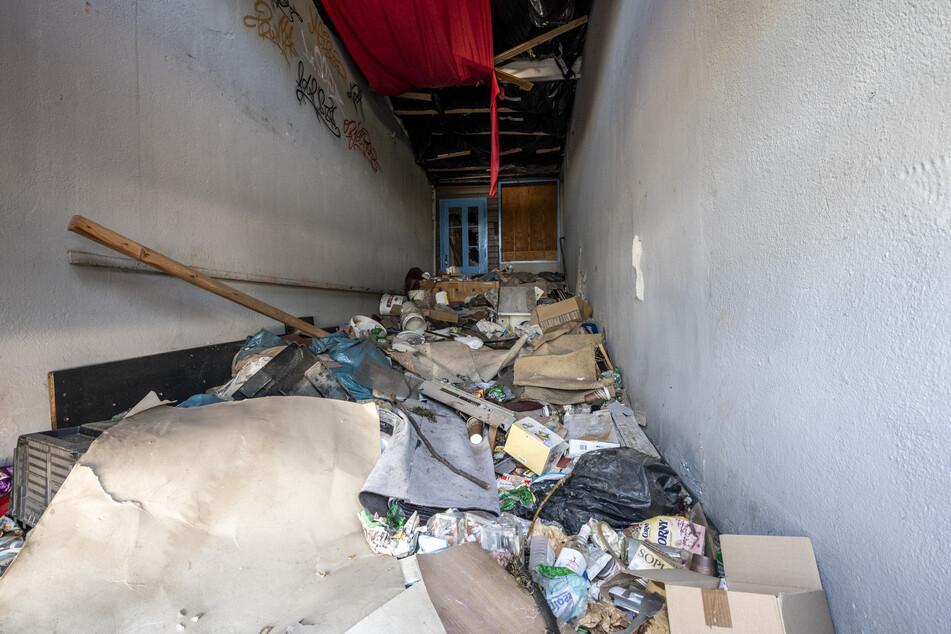 Pfui! Der hüfthohe Müllberg in einem Haus an der Bernsdorfer Straße ist perfekter Nährboden für Ratten.