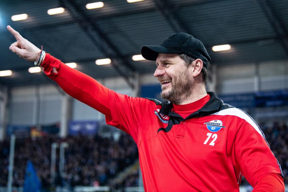 Paderborns Cheftrainer Steffen Baumgart zeigt vor dem Spiel mit seinem Finger zu den Fans.