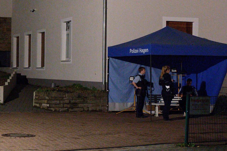 Vor dem Eingang zum Gebäude der Jüdischen Gemeinde steht ein Zelt der Polizei. Zahlreiche Polizisten beschützen die Synagoge in Hagen am Mittwochabend.