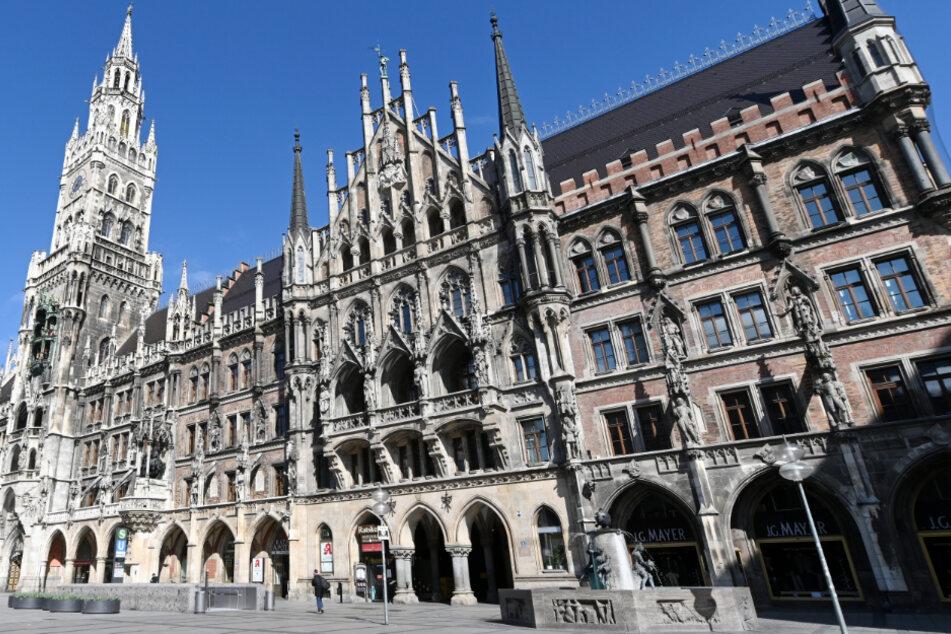 Am Marienplatz vor dem Neuen Rathaus sind fast keine Menschen unterwegs.