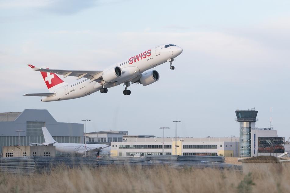 Dresden: Eine Bombardier CS300 der Fluggesellschaft Swiss International Air Lines startet auf dem Flughafen Dresden International vor dem Tower. (Archivbild)