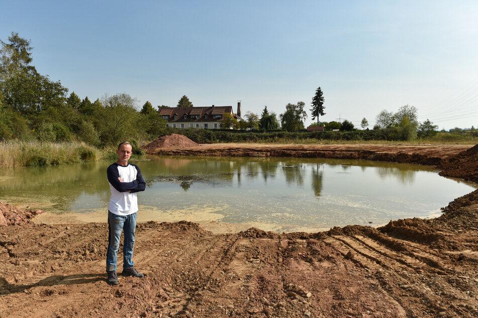 Der See ist schon fast verfüllt: Anwohner Alexander Teich (43) sorgt sich um die Tiere des kleinen Biotops.