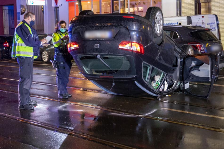 Schwerer Unfall in Düsseldorf: Auto erfasst Seniorin und bleibt auf Dach liegen